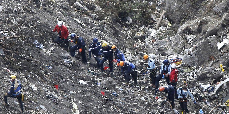 墜落したジャーマンウィングス機で副操縦士が操縦室に独り立てこもっていたという発表を受けて、各国の航空会社は、操縦室に常に乗員が2人いるよう規則を変更し始めました(英語記事) bbc.in/1xClFmd pic.twitter.com/nTaihKpw9V