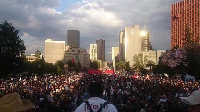 Llega la marcha #Ayotzinapa6Meses al monumento a la revolución http://t.co/4P8yKaf9aW