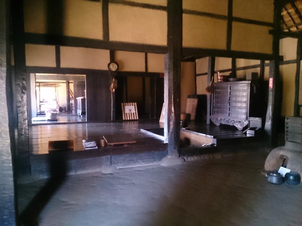福島市民家園です。室内の写真は江戸時代後期の村役人相当の農家のお屋敷。外観を写した写真は江戸時代後期の一般的農家のお家です。全般的に屋内は暗いし、窓が少ないです。民家園はとてもいい観光スポットです。 http://t.co/q4X1WsJ9sT
