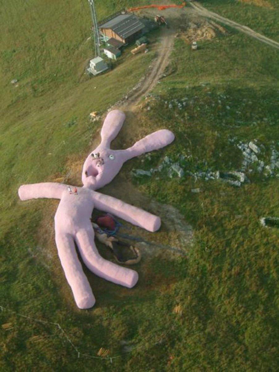 以前紹介したこいつの正体が判明。「空から落下した」という設定の巨大ウサギ。場所はイタリア北西部コレット・ファヴァで2025年まで公開予定だそうな。長っ!!#巨大物恐怖症 pic.twitter.com/WhDgWqHBxk