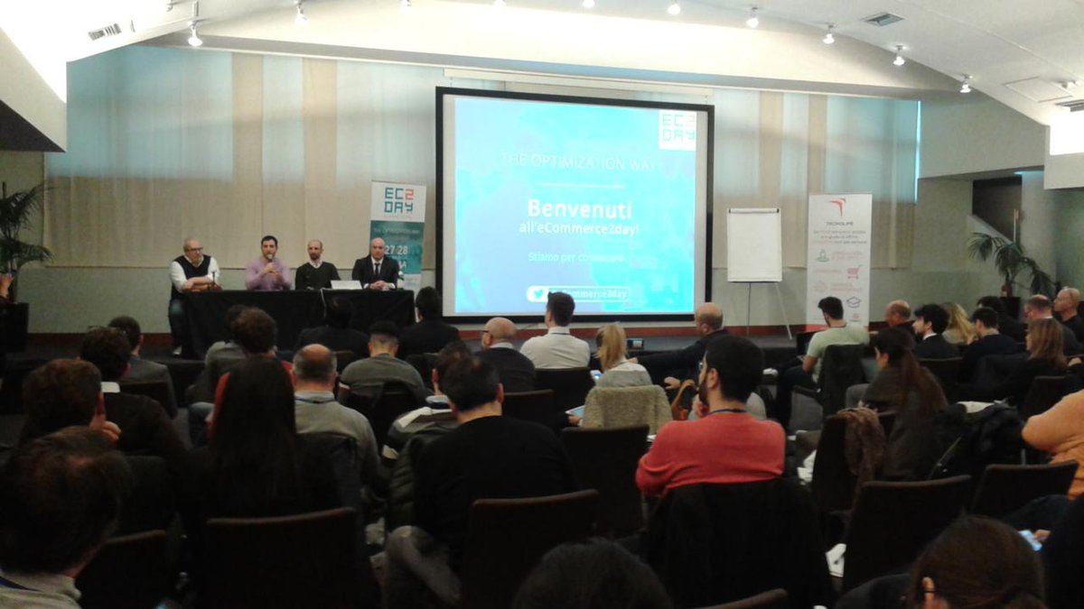 è il momento delle domande ai #relatori @marlenek @Icelord @giocappellotto @FSuberb Tavola Rotonda di #eCommerce2day http://t.co/d68al1xXFR