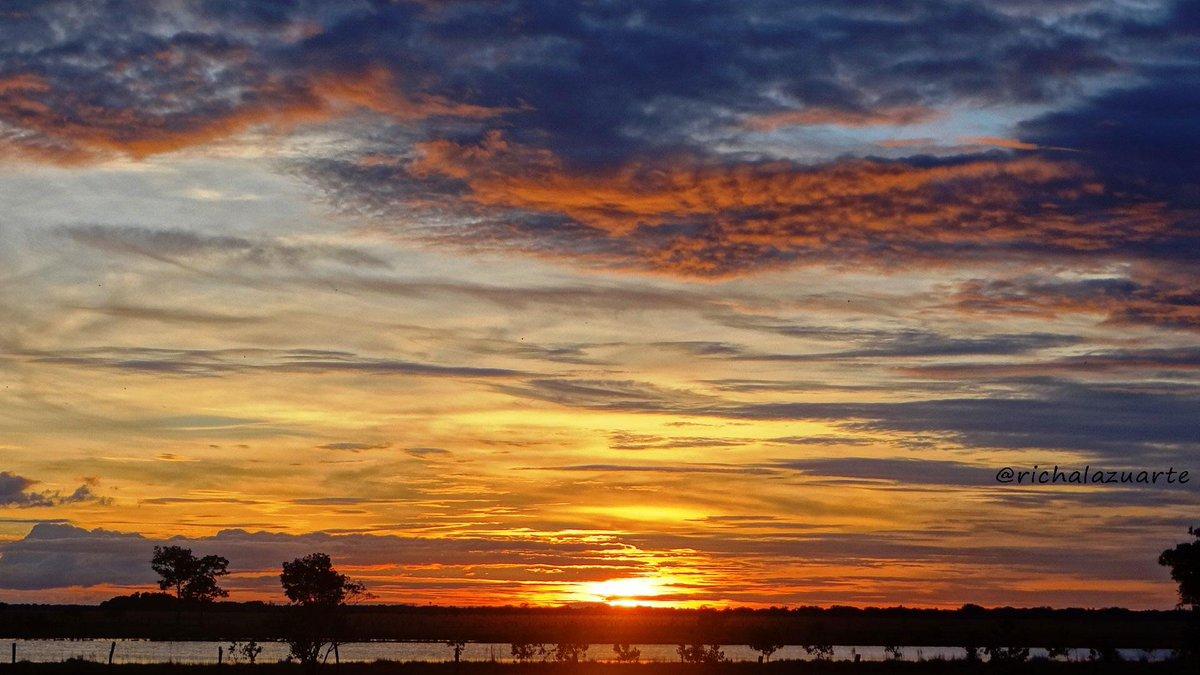 Poema y encanto en el cielo de #Apure la belleza salvaje del paisaje del llano #sunset #atardecer http://t.co/wXWWpS8xi0