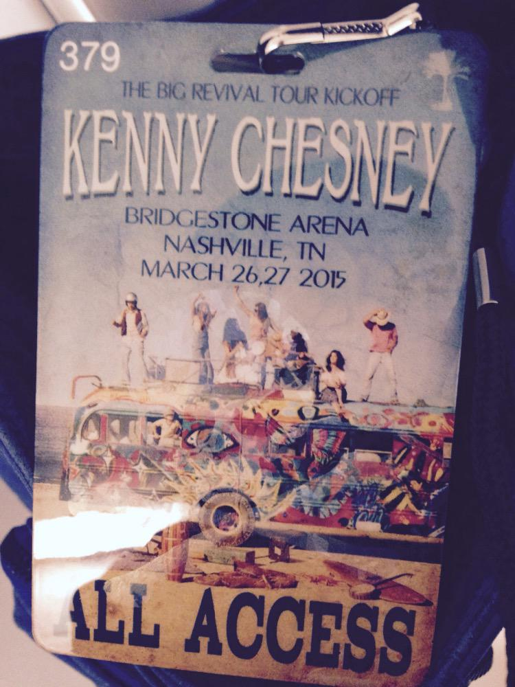 At Kenny Chesney show- New tour- it's awesome to be in the middle of thousands of people singing every word http://t.co/WtQB8BTnov