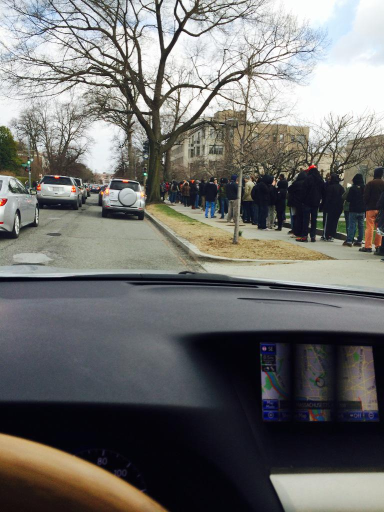 Looks like thousand plus people in line for #seedshare -- free pot seeds in DC courtesy of the DC Cannabis campaign http://t.co/JKuwNEfHjF