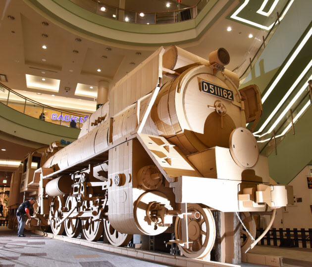 【撮っておきphoto】長崎県の段ボール工芸家が原寸大の蒸気機関車を作り上げました。昨年九州を出発し、各地で組み立てと解体を繰り返しながら終点の東京を目指しています。(井) s.nikkei.com/1DcDhag pic.twitter.com/wUcT2JZxHT