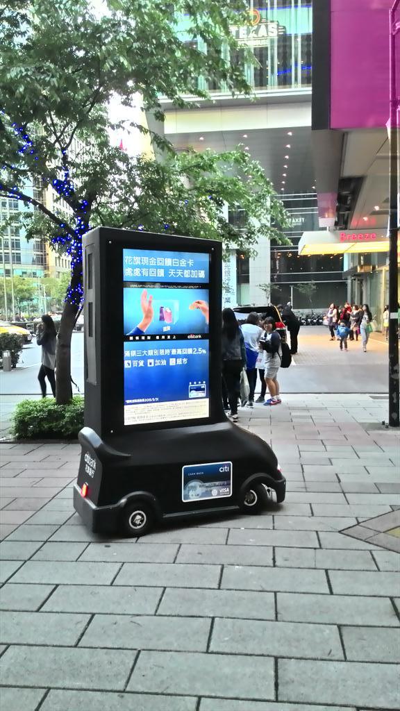 人をよけながら移動している無人電動広告車。す、すごい! pic.twitter.com/R5SrAzR3eC