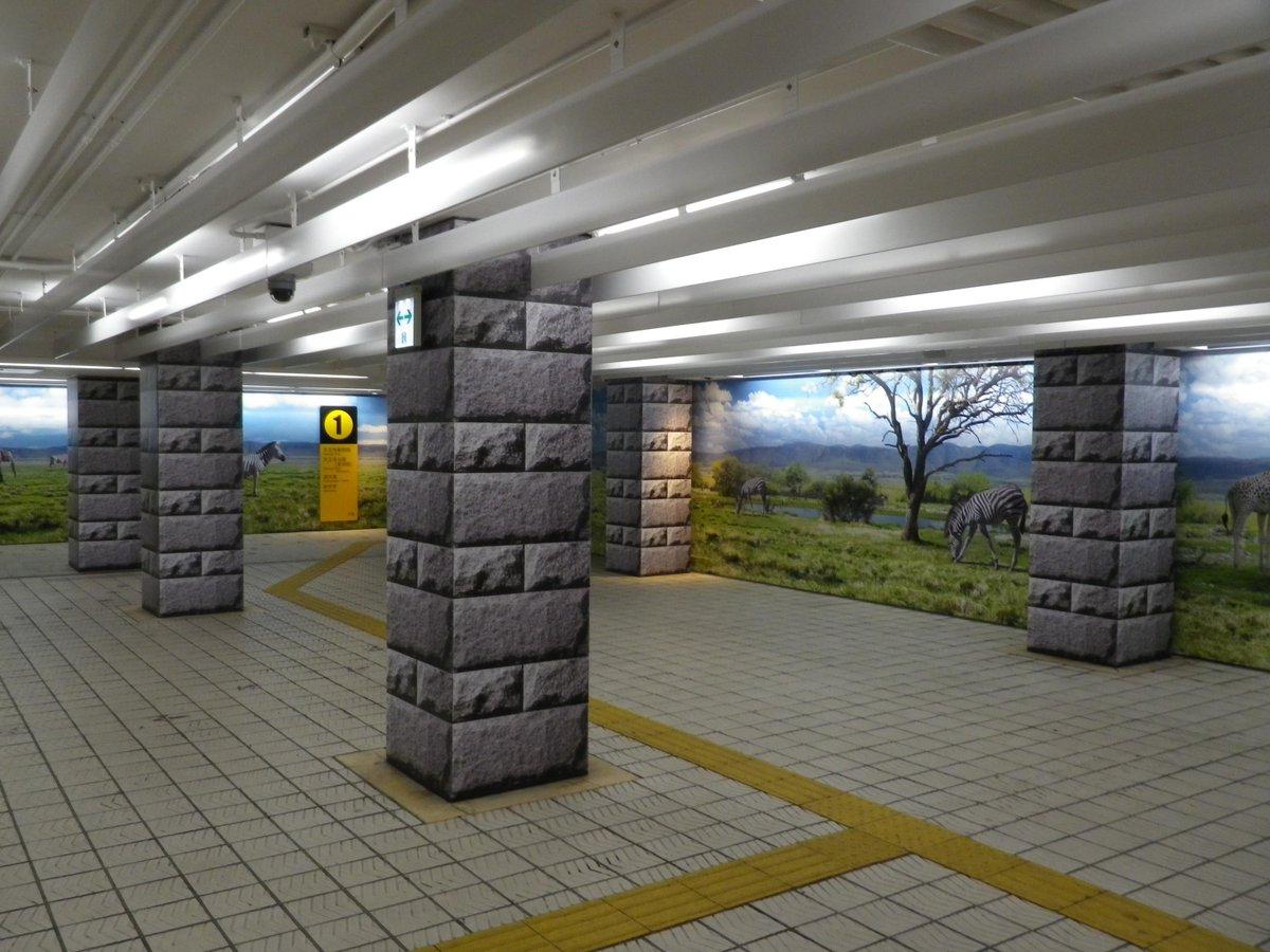 本日のおまけ。地下鉄御堂筋線「動物園前駅」東改札付近。注目すべきは壁面ではなく、柱を囲った石の写真。高級感を演出したのか? 実際は逆効果でキッチュそのもの。しかし、解釈次第では現代アート作品に見えなくもない。そういうことにしておこう。 pic.twitter.com/pKCXPjg2Wg