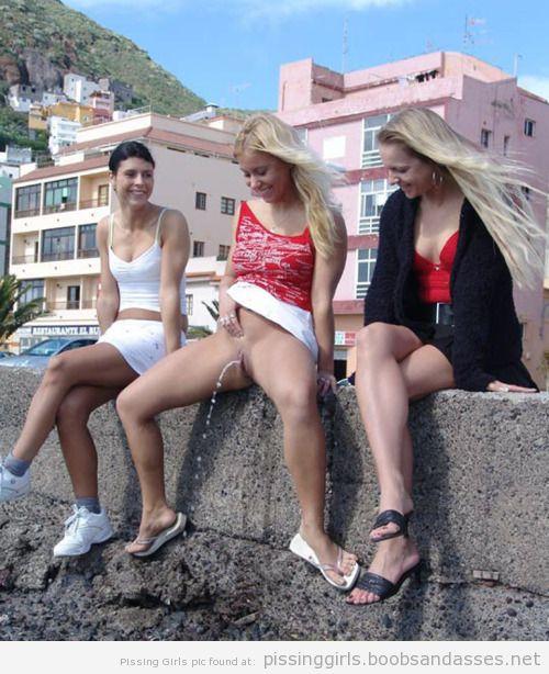 фото писающие девушки
