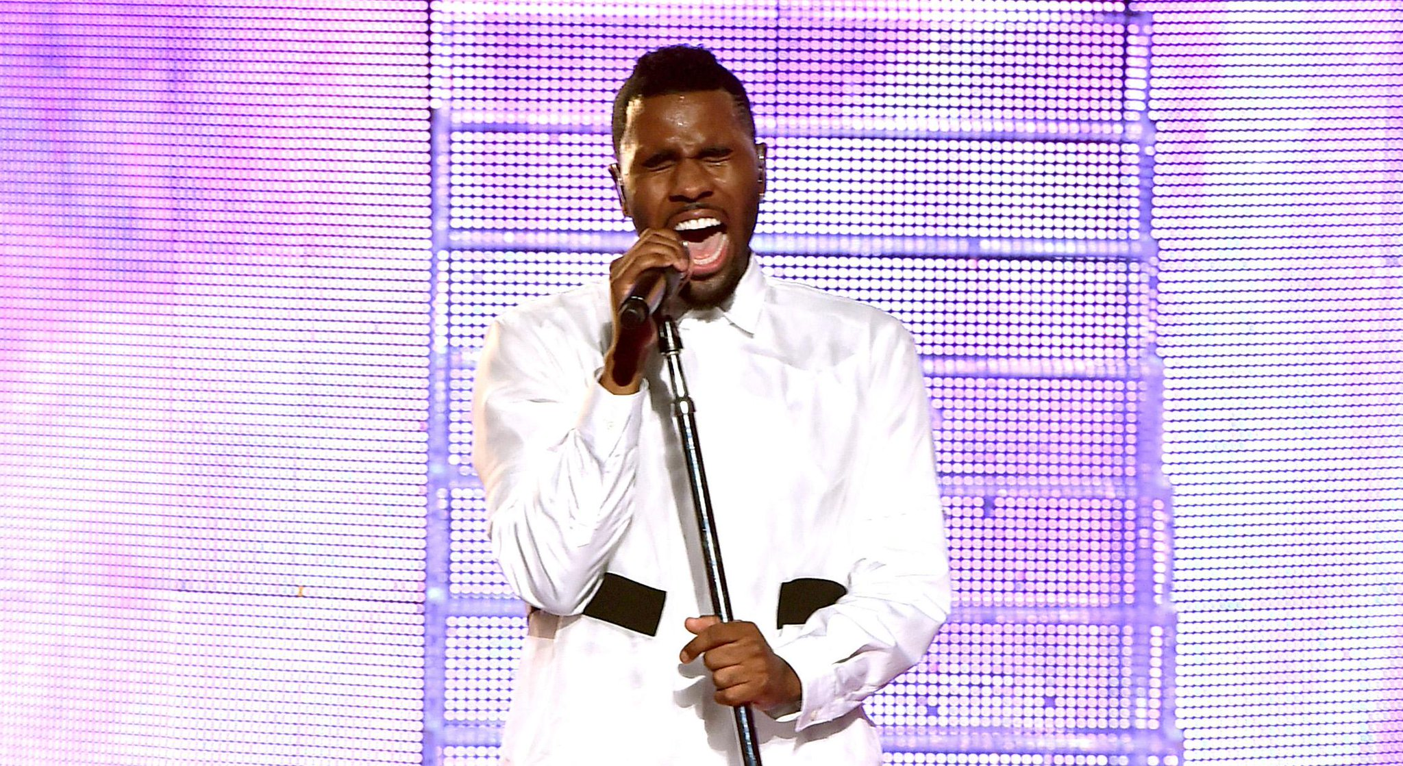 RT @JustJared: .@jasonderulo sounded amazing during his #iHeartAwards performance! Check it out here: http://t.co/1KSZxDwnCH http://t.co/Mw…