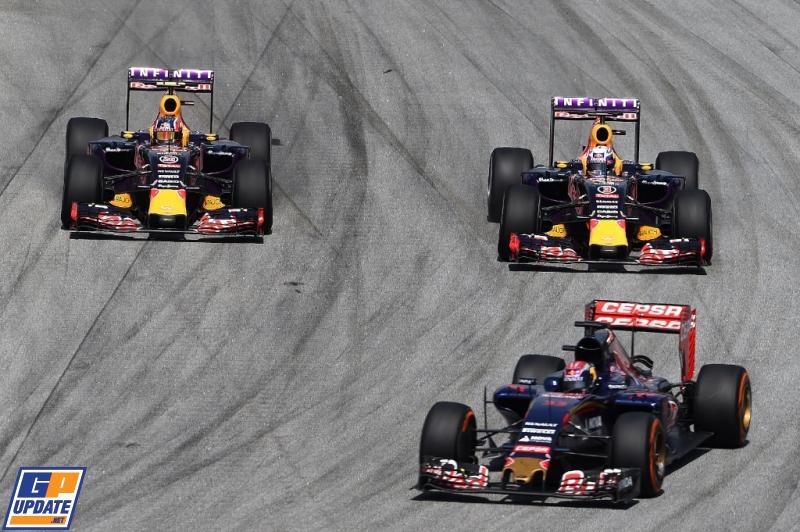 .@Max33Verstappen voor de beide Red Bull-coureurs tijdens de Grand Prix van Maleisië. RT als je ook genoten hebt. #F1 http://t.co/foy6J7PgNR