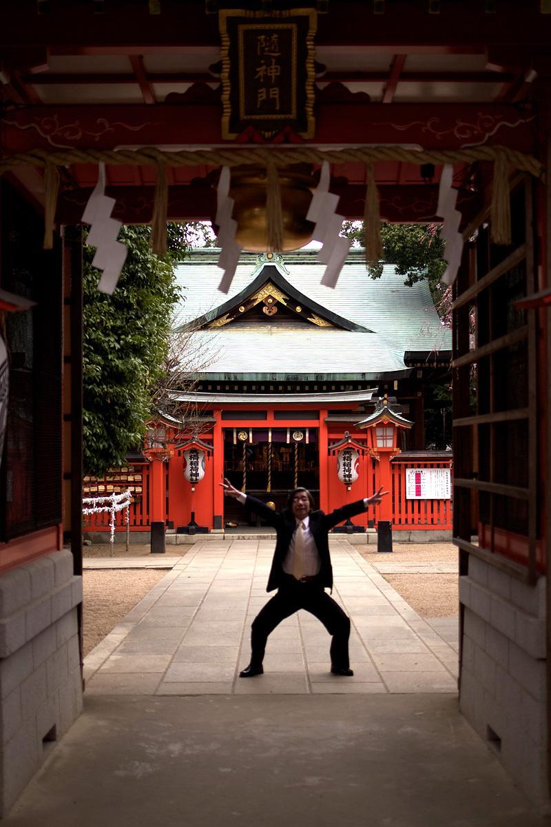 神社で撮影してたら知らないおっさんがダブルピースで飛び出してきた…(コンマ数秒迷ったけどシャッター切った) http://t.co/qiqcwxU0C9