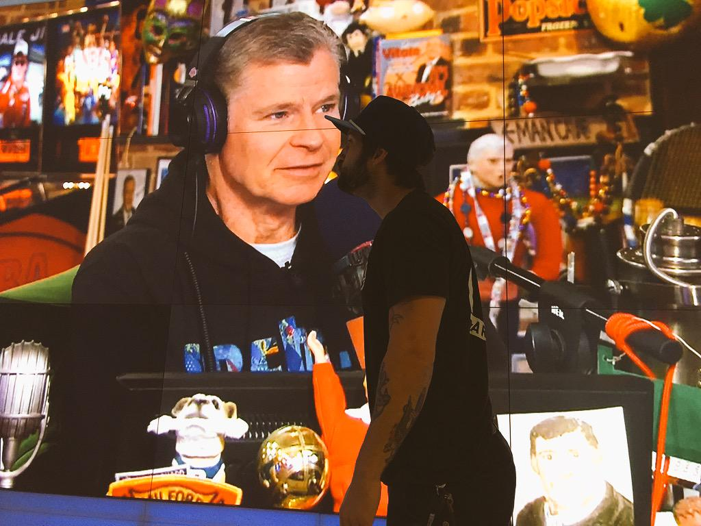 This is how i start my day everyday. Givin the boss a tiny kiss. @dpshow #ImissUs http://t.co/YcDKu87Z53