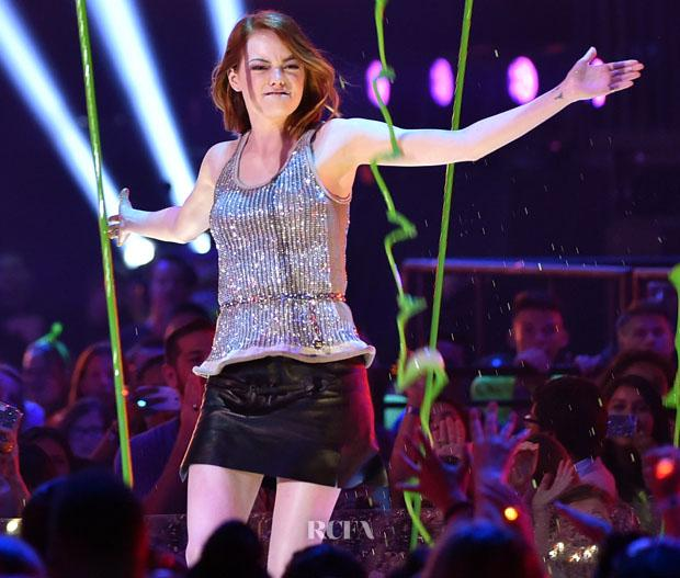 Emma Stone takes winning the Favourite Movie Actress at the #KidsChoiceAwards in her stride http://t.co/nA5cFvuqJp http://t.co/yz8OWJQt1c