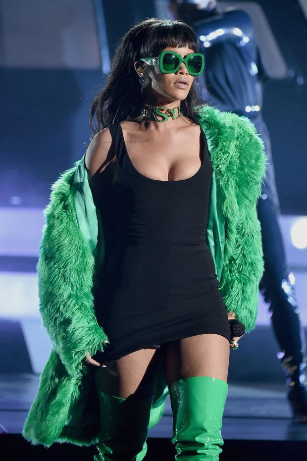 Rihanna rocks the #iHeartRadioMusicAwards stage as a green goddess or green goblin? http://t.co/s7DbQCnUHq http://t.co/Iiqx4El4FP