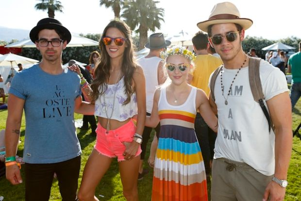 Both @coachella & @lollapalooza have banned selfie sticks this year. Win. http://t.co/S1f8dlnH2D http://t.co/hpgp7i4OAi
