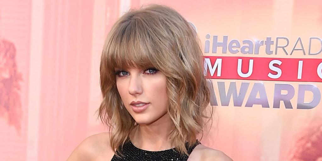 Taylor Swift demonstrates an entirely NEW kind of crop top: http://t.co/TW5cIh7ONM http://t.co/BqEXrymRdh