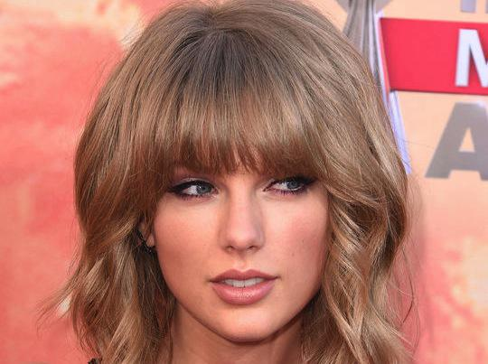 Let's take an obsessive look at @taylorswift13's #iHeartAwards eye makeup: http://t.co/tennFlWffX http://t.co/AdXft8eW0X