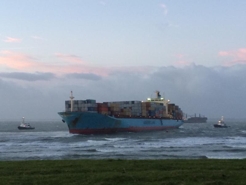 FOTO: Vastgelopen #containerschip pal voor kust #Vlissingen http://t.co/cJAehdDF1x