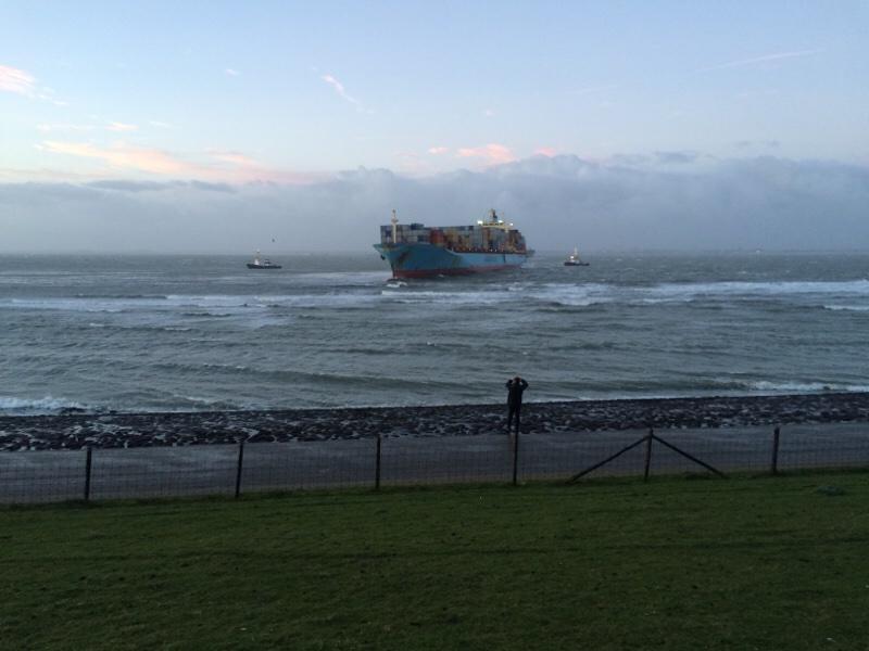 Het #containerschip ligt zo'n 100 meter van de dijk. #Vlissingen http://t.co/WSQBJeHBKu