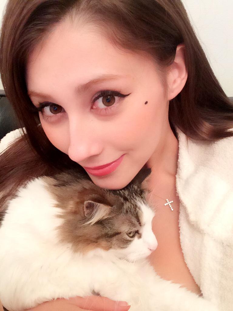 猫の上に顎を乗せるダレノガレ明美