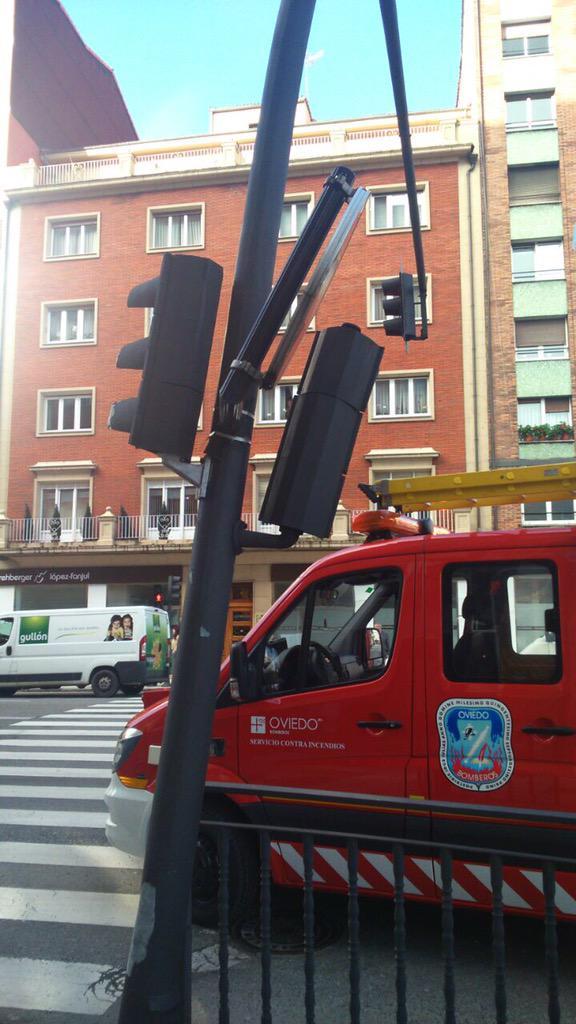 Primeras imágenes del accidente de autobús en #Oviedo.Importantes destrozos en negocios y mobiliario urbano.#TPA http://t.co/ISNsaf1j8a