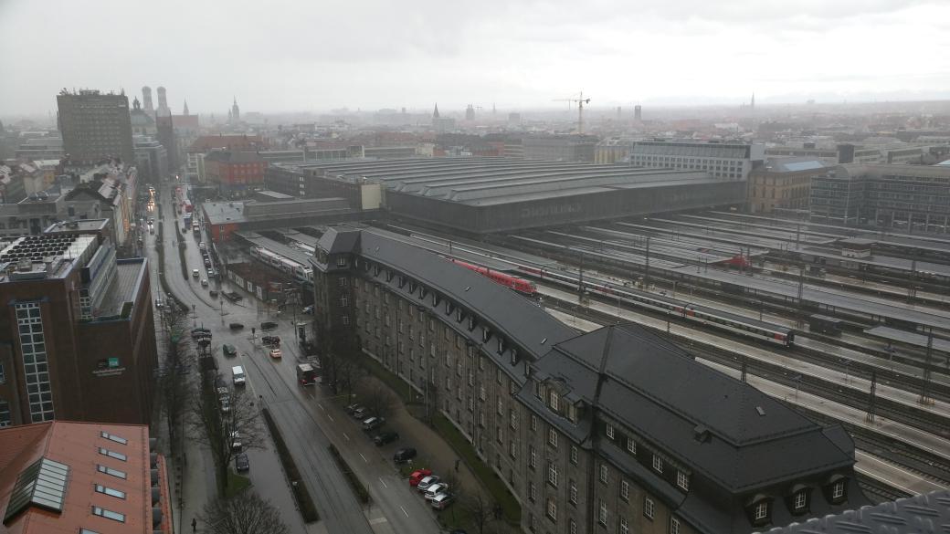 Polizei räumt HBF München weil Glasfenster einbrechen. Foto vom BR Hochhaus. http://t.co/XJP1PZfduM