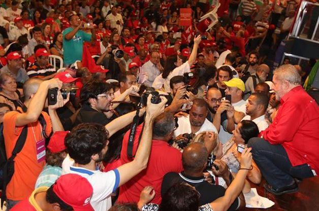 Tá totalmente sem moral o Lula, levou meia dúzia, na rua dia 12/04 seremos milhões http://t.co/Yu6x0Fguoa