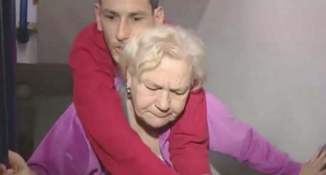 Con 60 años carga con su hijo con parálisis y distrofia hasta su casa en un 3º piso.Pide ayuda▶http://t.co/GdPANHJ1Er http://t.co/xsvVKxRUBm