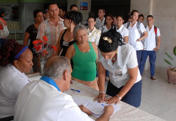 Camagüeyanos firman para apoyar a Venezuela