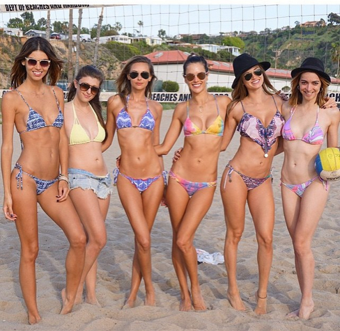 Resultado de imagem para girls beach greece