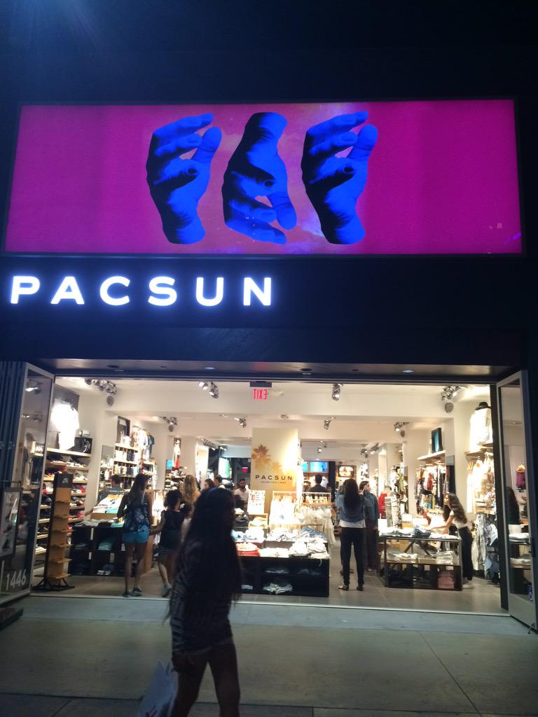 Obsessssed. Go to 3rd street Promenade in Santa Monica and check out the new @PacSun facelift http://t.co/QMbIJe1yP3