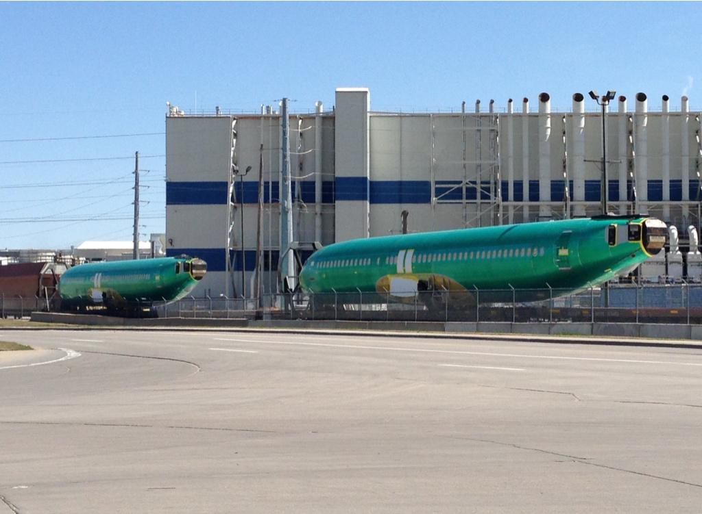 This my friends is a plane train. 737 fuselages made in KS by @SpiritAero  shipped by rail to @BoeingAirplanes in WA. http://t.co/MNin8v31Kt