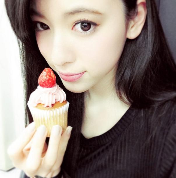 カップケーキを持つ三吉彩花