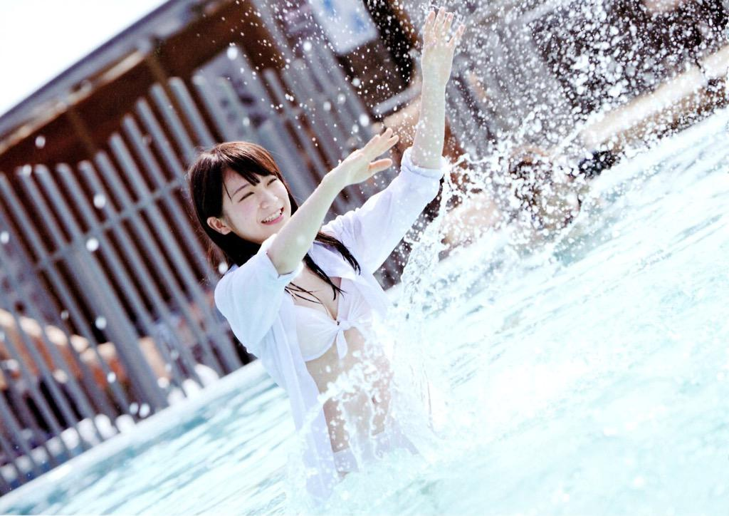 プールではしゃぐ秋元真夏