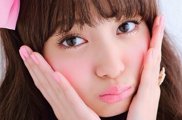 ピンクメイクの新川優愛