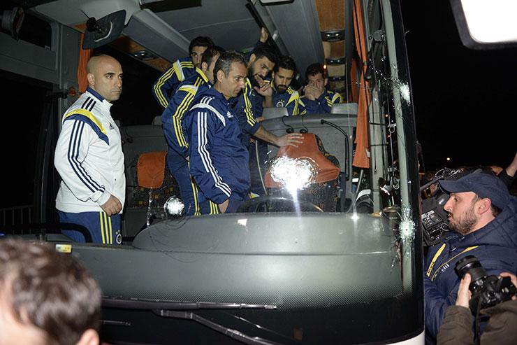 From Fanatik, here some of the results of the gun attack on the Fenerbahce team bus. http://t.co/FuaY6As1UE
