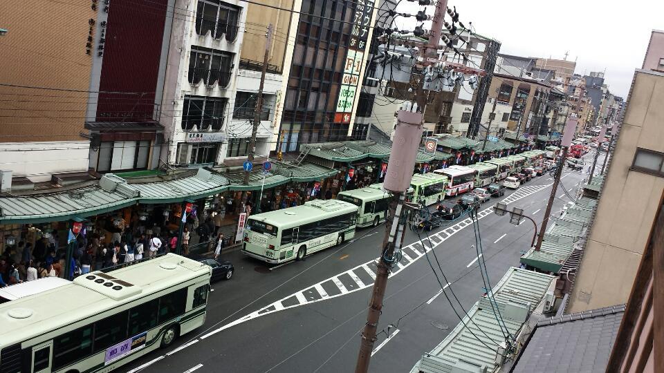 笑った。市バスが20台以上続いている pic.twitter.com/GYg9pS3LFm