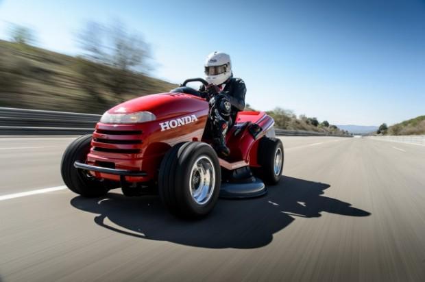 ホンダの芝刈り機が、平均時速187.6kmという世界最高速度を達成した。 http://t.co/2ikoa1xjVZ