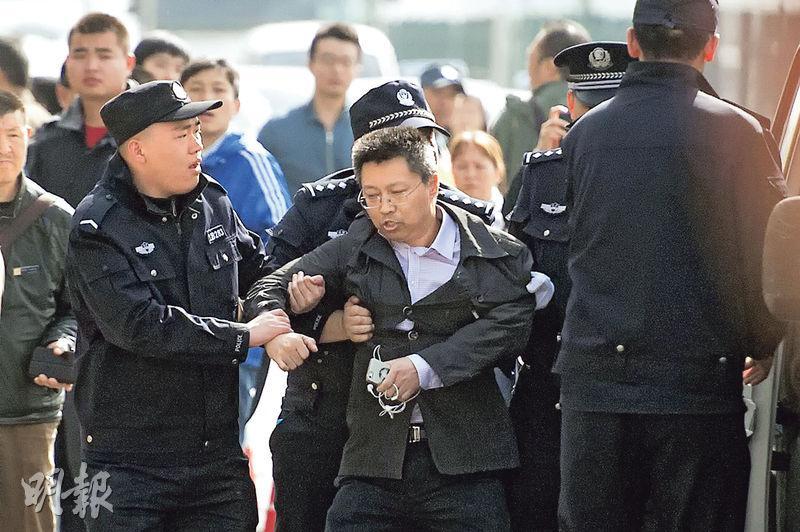 杜延林 @duyanlin 围观高瑜案被警察带走,向杜兄致敬 http://t.co/e3RSUHvP6Z