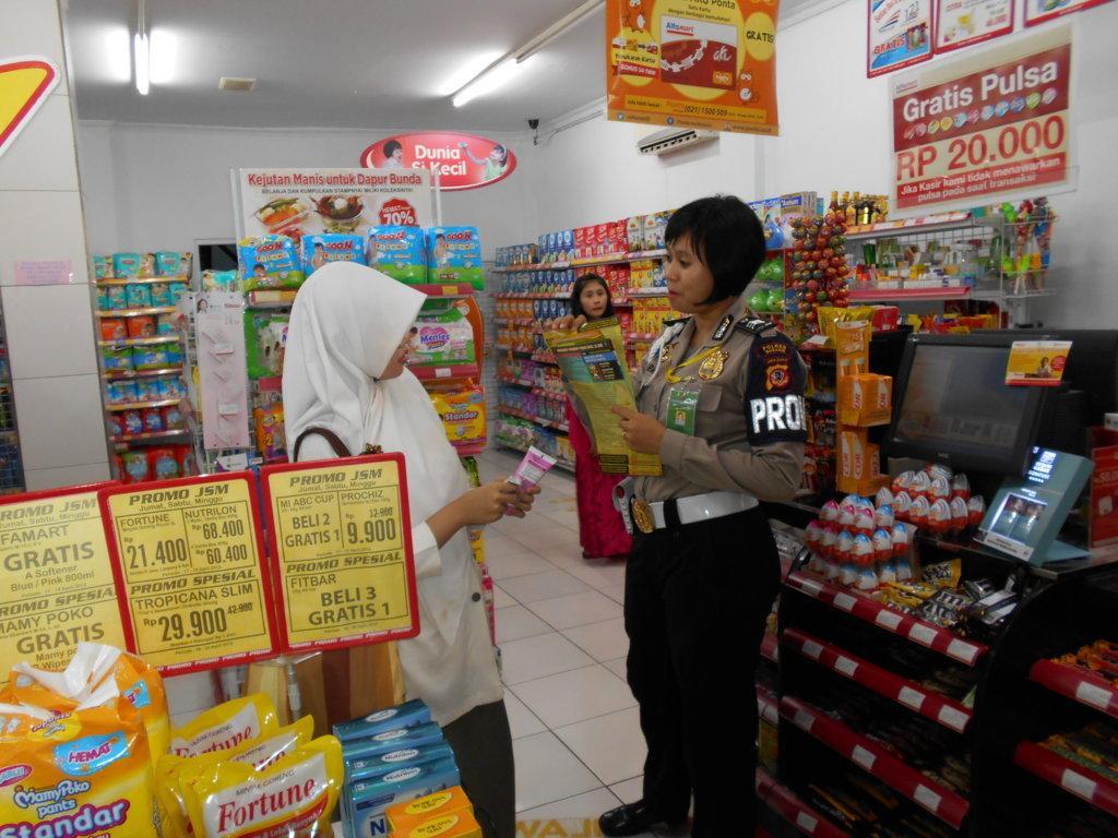 Sosialisasi Calon Polri, Polwan Subang Blusukan ke Supermarket