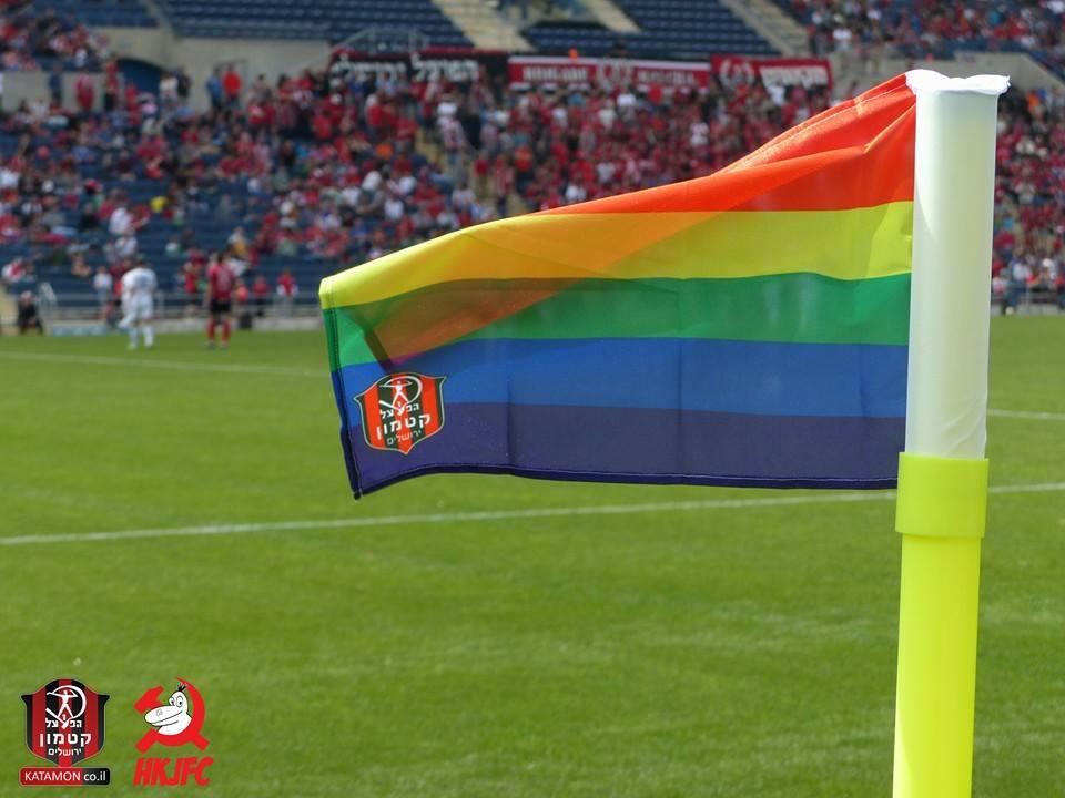 בהמשך למאמצי המועדון למאבק בהומופוביה, החלפנו את דגלי הקרן בדגלי גאווה עם סמל המועדון, כי אצלנו הכדורגל שייך לכולם! http://t.co/3Nb4gvLDX6