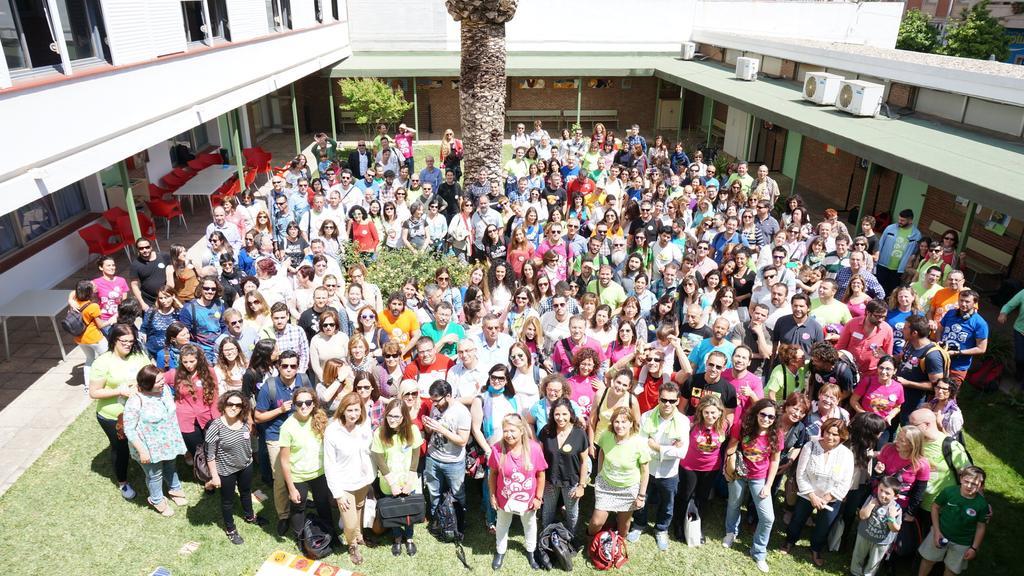 La imagen muestra unas 400 personas participantes en el encuentro
