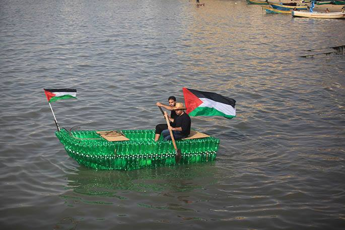 Due to #Israel's siege of #Gaza & trade restrictions, boats are scarce. So these guys made one out of water bottles. http://t.co/Mu7BNwo7DY