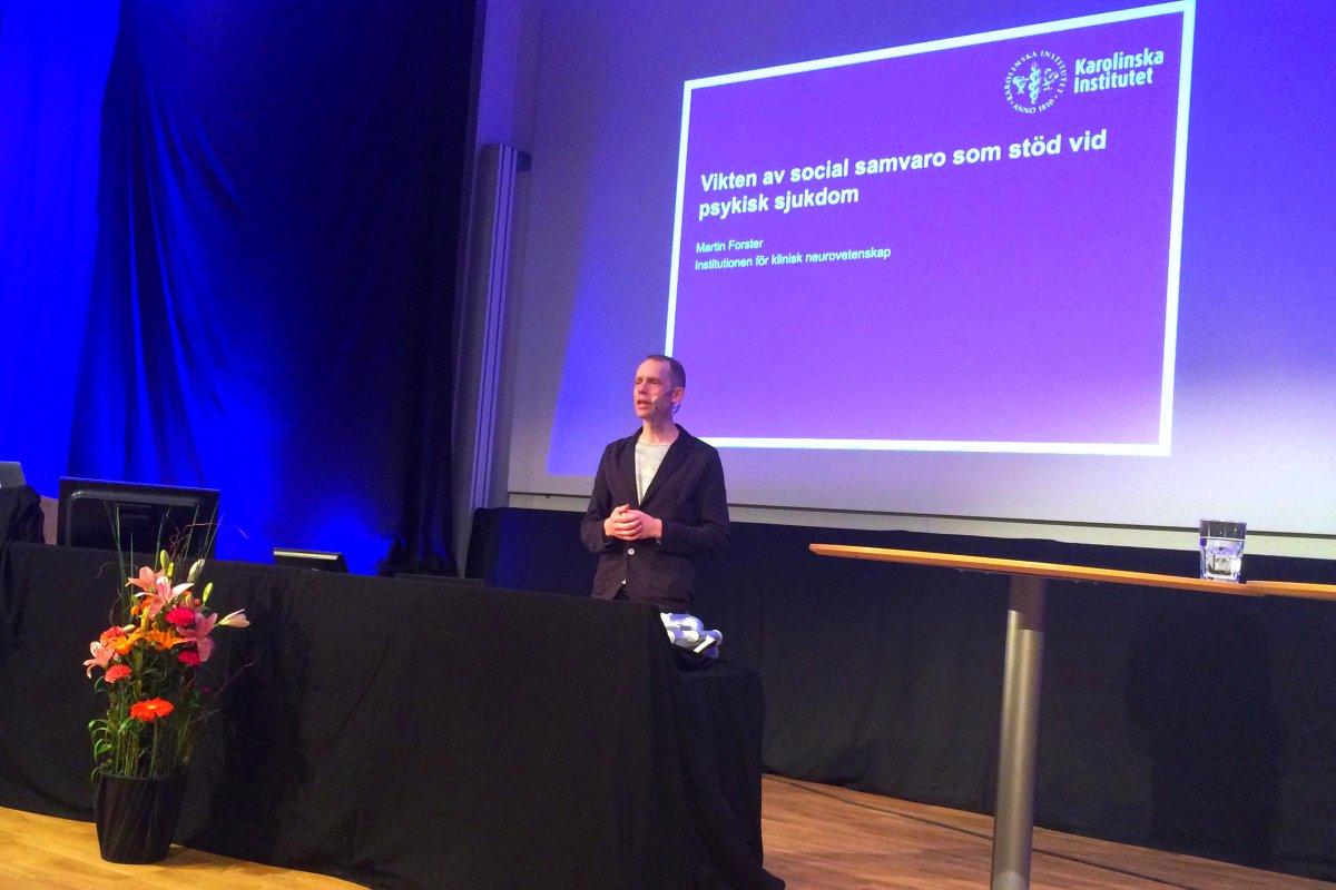 """Nu dags för Martin Forster på temat """"Vikten av social samvaro som stöd vid psykisk sjukdom"""" #vetfest #KIForskning http://t.co/TJ14O4w4II"""