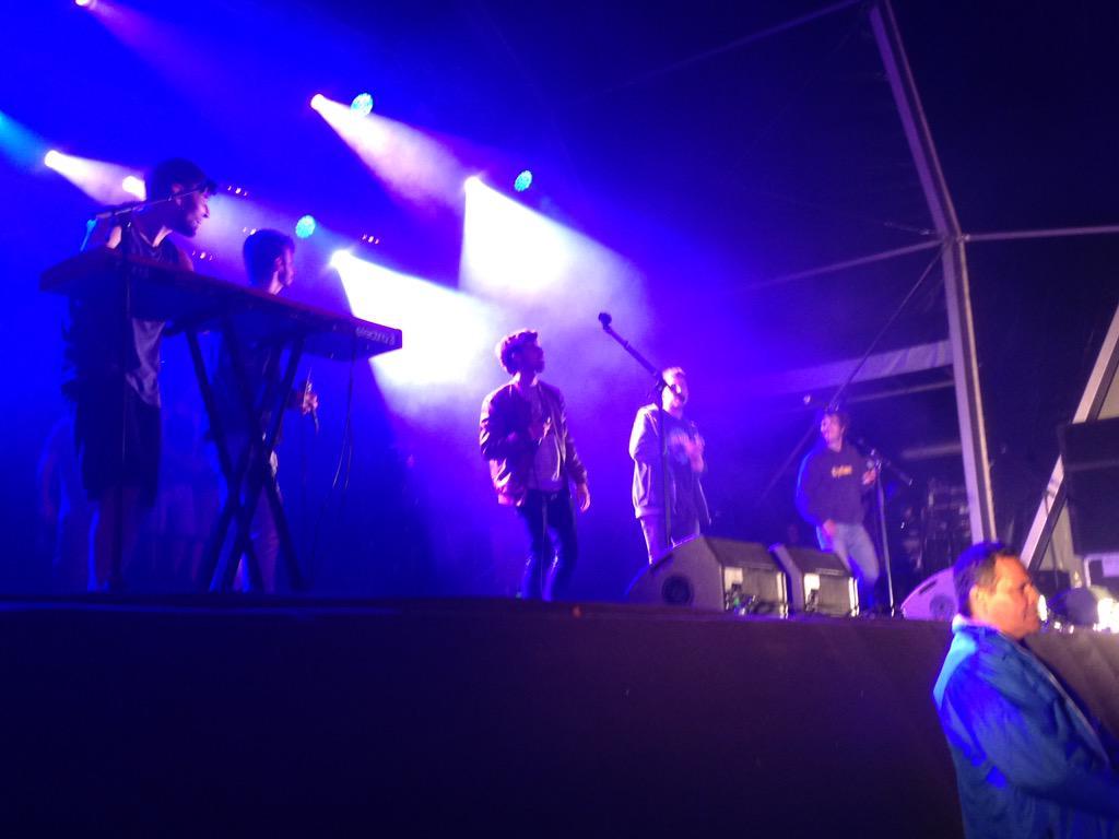"""Els @CyBee_Music pujen a cantar amb els @txarango """"Quan tot s'enlaira"""", com va passar al concert benèfic de #Torelló http://t.co/pFvB4JkO8p"""