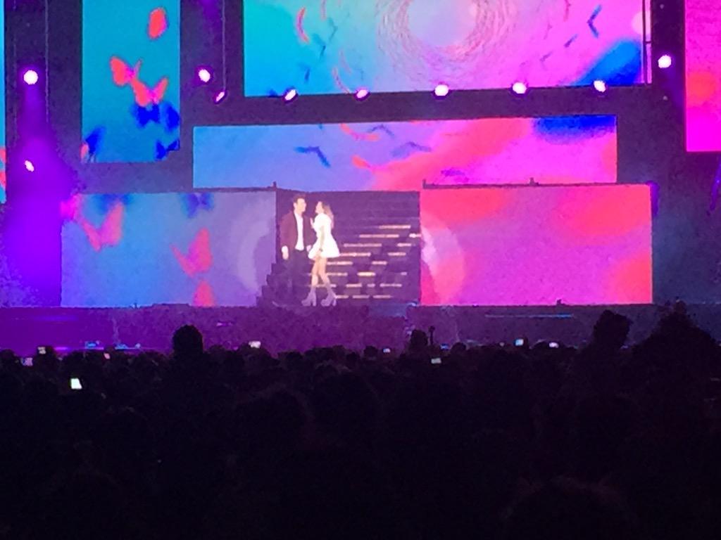 """#ViolettaLive primera canción """"En Gira"""", siguió """"Euforia"""" y ahora Violetta con León. http://t.co/P3L0L8Qpsk"""