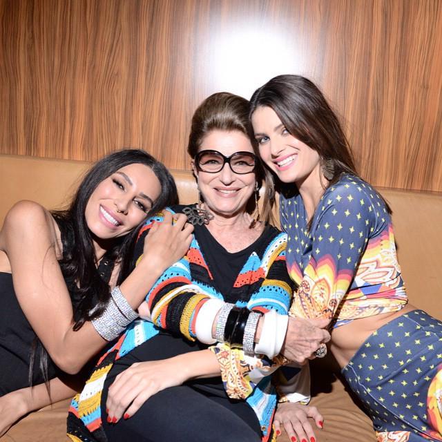 #EncontroFashion Isabeli Fontana, Lea T e Costanza Pascolato! Fotografando para nova campanha da @morenarosa http://t.co/RO4zuKhrvP