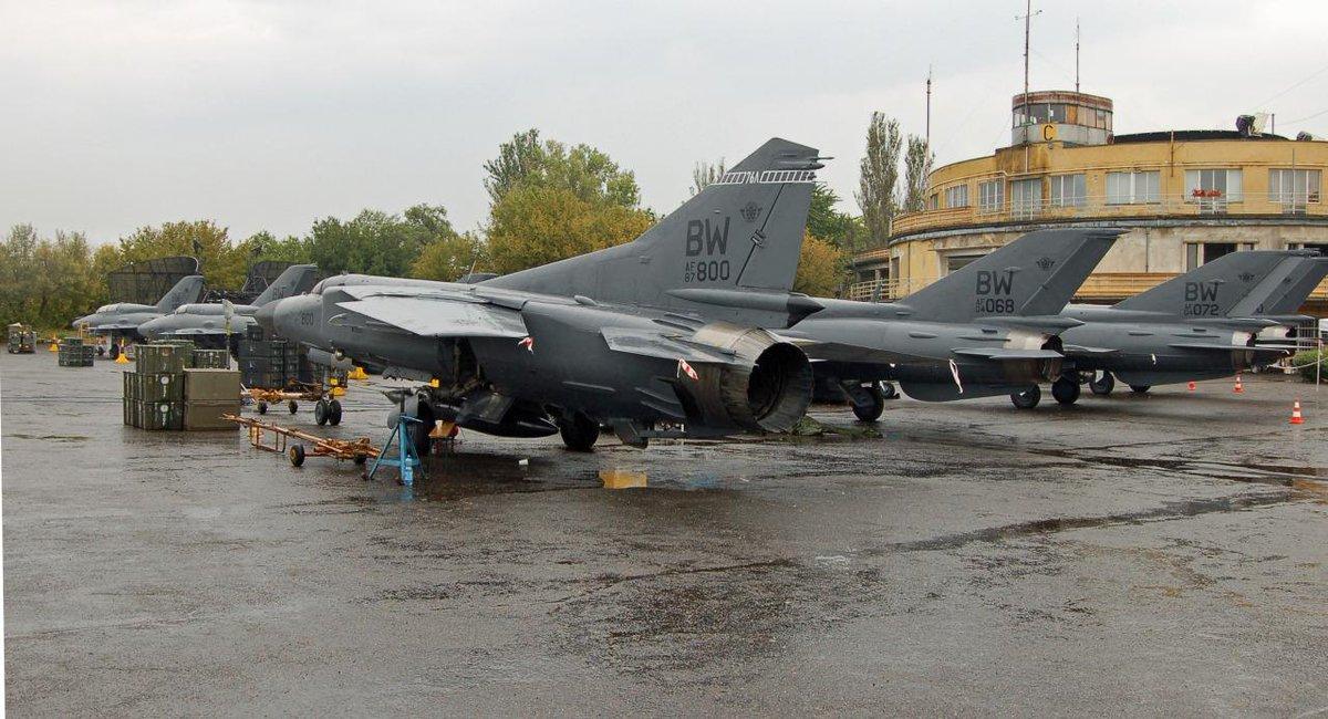 مقاتلات سوفييتيه بتمويه امريكي في فلم جيمس بوند الجديد  CC6PJriWMAA6TCB