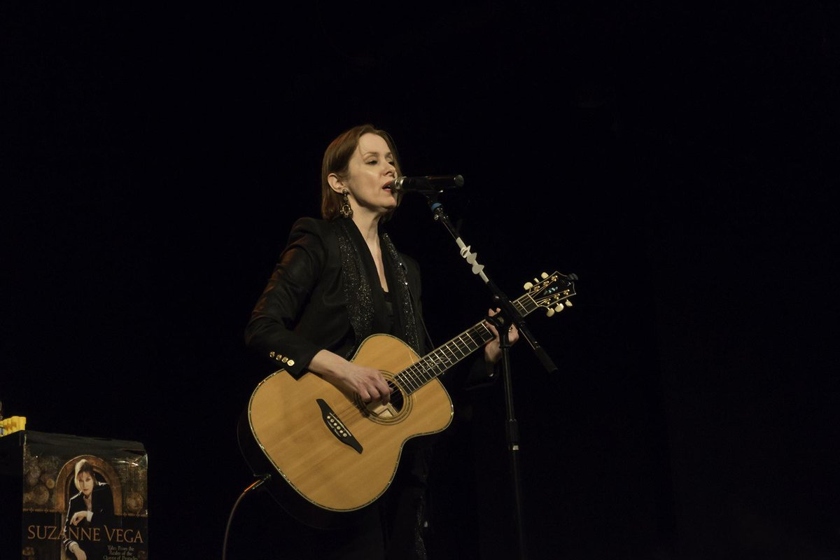 another from @suzyv at the Bearsville Theater in Woodstock. Great set list. #suzannevega http://t.co/qWdMaewoGS