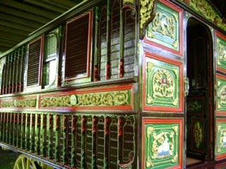 RT @FindMyWaggon: Another view of our Mum's 1898 Showman's waggon, stolen in 2013  PRT to help find it in time for her 80th https://t.co/Mx…
